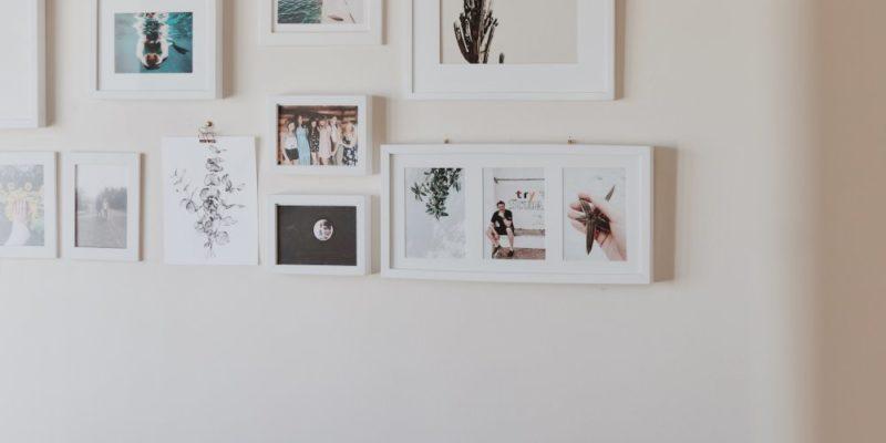 Bygg en tavelvägg med inramade affischer