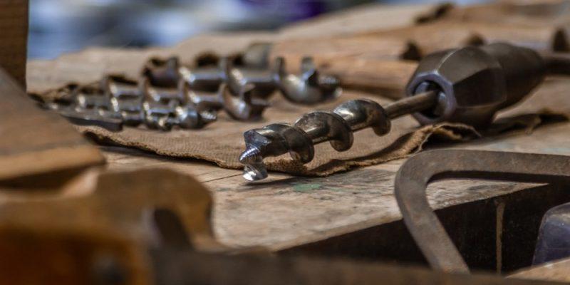 Läderverktyg som ger gamla föremål nytt liv och gör tillvaron mer handfast
